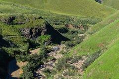 Rivière de vallée d'explorateurs de véhicule de montagnes image libre de droits