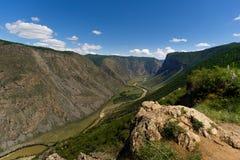 Rivière de vallée de Chulyshman près du passage Katu- Yaryk image libre de droits