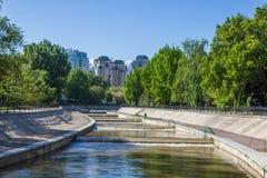 Rivière de Vesnovka dans la ville d'Almaty au printemps, Kazakhstan Images stock