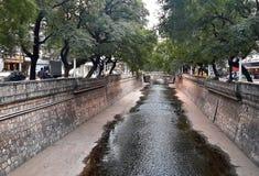 Rivière de ville Photos stock
