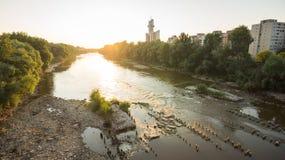 Rivière de ville Photo stock