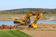 Rivière de Vislock, Pologne - peuvent 2, 2018 : L'excavatrice charge le camion à benne basculante avec le sol La terre fonctionne photo libre de droits