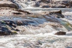 Rivière de Whitewater dans la réserve forestière de Chattahoochee Images libres de droits