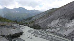 Rivière de Yarlu coulant dans la gorge, vue du passage Kara - Turek, montagnes d'Altai banque de vidéos