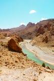 Rivière de Ziz dans les montagnes d'atlas du Maroc Images stock