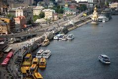 Rivière Dnieper et trams de rivière Photos stock