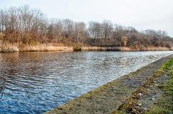 Rivière en automne en retard Images stock