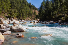 Rivière en montagnes de l'Himalaya Photos libres de droits