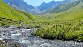 Rivière en montagnes géorgiennes Photo stock