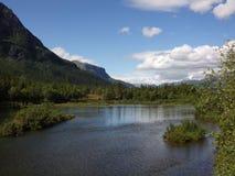 Rivière en Norvège avec le pêcheur Photos stock