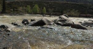 Rivière en vallée de montagne aux montagnes de pied Paysage banque de vidéos