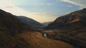 Rivière en vallée de montagne chez la Géorgie, l'Europe Montagnes de Caucase clips vidéos