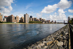 Rivière entre la ville, New York Photo stock