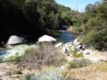 Rivière entre les roches brun-rougeâtre - Yosemite, séquoia et parc national des Rois Canyon photos libres de droits