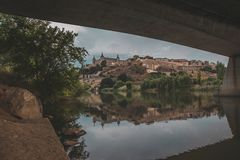 Rivière et Alcazar en Espagne photo libre de droits