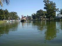 Rivière et bateau images stock