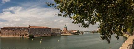Rivière et buildungs à Toulouse Image stock