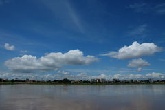 Rivière et ciel avec des nuages Photo libre de droits