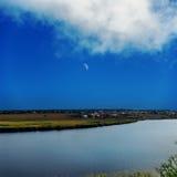 Rivière et ciel avec la lune Photographie stock libre de droits