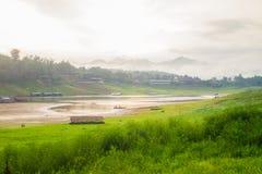 Rivière et colline Image libre de droits