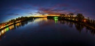 Rivière et coucher du soleil photo stock