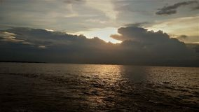 Rivière et descendre le soleil Image libre de droits