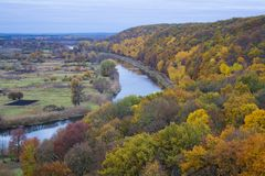 Rivière et forêt en automne Photos stock