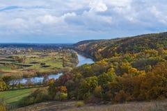 Rivière et forêt en automne Horizontal ukrainien Image libre de droits
