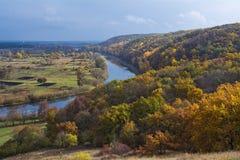 Rivière et forêt en automne l'ukraine Photographie stock