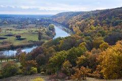 Rivière et forêt en automne octobre Horizontal ukrainien Image libre de droits