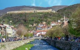 Rivière et fort Lansdcape de Prizren photographie stock libre de droits