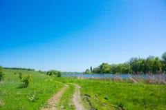 Rivière et la route Photos stock