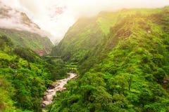 Rivière et montagnes au Népal Photographie stock libre de droits