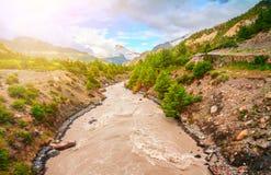 Rivière et montagnes au Népal Photo stock