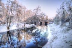Rivière et passerelle de l'hiver en Suède Photos libres de droits