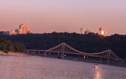 Rivière et paysage urbain de Drepr à la soirée à Kiev Images libres de droits