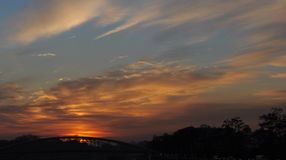 Rivière et pont au temps de coucher du soleil, lumière de ciel à l'aube et crépuscule Photo libre de droits