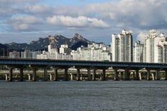Rivière et pont de Hangang à Séoul Corée du Sud photographie stock libre de droits