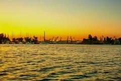 Rivière et port de yacht au coucher du soleil Photo libre de droits