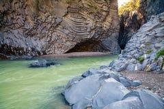 Rivière et roches à la gorge d'Alcantara Photo stock