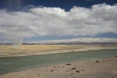 Rivière et tempête de sable au Thibet Photographie stock libre de droits