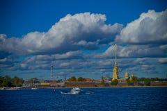 Rivière et ville St Petersburg images libres de droits