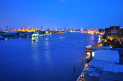 Rivière et Wat Prakaew de Chaopraya Photo libre de droits