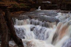 Rivière fluide de montagne image libre de droits