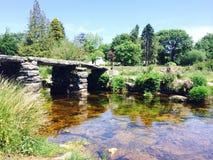 Rivière fonctionnant sous le pont Images libres de droits