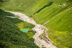 Rivière glaciaire en vallée d'Adishi, Svaneti, montagnes de Caucase, la Géorgie photographie stock