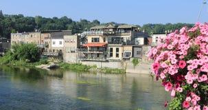 Rivière grande à Paris, Canada avec des fleurs dans l'avant Photographie stock