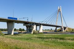 Rivière IJssel avec le pont près de Kampen aux Pays-Bas Images libres de droits