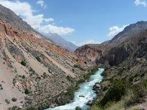 Rivière Iskanderdarya dans les montagnes de fan Photos stock