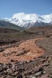 Rivière Kuzulsu est de chocolat. Pamir du nord. Photo libre de droits